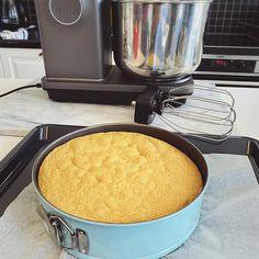 Nøttekake med vaniljekrem og melkesjokoladekrem | Det søte liv Garlic Knots, Cakes, Baking, Tips, Cake Makers, Kuchen, Bakken, Cake, Pastries