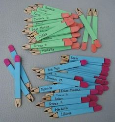 5 Craft Stick Pencil Bookmarks steps - Astonishing classroom decorating ideas for grade Chalkboard bookmark with charms and quote! by Lavagnettiamo Puppen aus Eisstielen Ιδεες για δασκαλους: Μολυβάκια από γλωσσοπίεστρα Mestres Fair - - Artesanato, Arte Bookmark Craft, Bookmarks Kids, Corner Bookmarks, Origami Bookmark, Popsicle Stick Crafts, Craft Stick Crafts, Craft Ideas, Art For Kids, Crafts For Kids