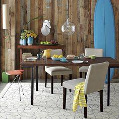 テーブルの脚はシャープな形状なので、足元の空間が広く感じます。  スペースがあまりないダイニングにはお勧めです。