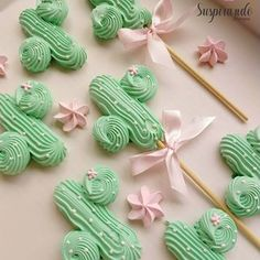 Regrann from - Easy wildflowers Buttercream paint with knife palette. Member please wait to… Cupcakes, Cupcake Cookies, Havanna Party, Cakepops, Meringue Desserts, Meringue Kisses, Cookie Pops, Cookie Designs, Cake Shop