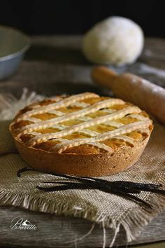 Hoy os traigo un pastel que os va a encantar, y que seguro lo habéis escuchado o probado alguna vez. Se trata de la Past1era napoletana, una tarta antigua, rústica y típica de la pastelería italiana,