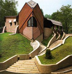 Karla Kowalski and Michael Szykowitz, Funeral Chapel, 1981.... sembra uscita da un film di Goundry!
