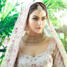 Makeup looks for Indian brides who want a royal look with floral jewellery on her mehndi ceremony. Indian Bridal Photos, Indian Bridal Outfits, Indian Bridal Makeup, Indian Bridal Fashion, Indian Bridal Wear, Bridal Dresses, Pakistani Bridal, Bridal Makeup Looks, Bridal Looks