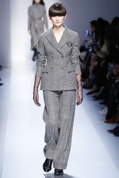 The complete Ermanno Scervino Fall 2017 Ready-to-Wear fashion show now on Vogue Runway. Chic Outfits, Fashion Outfits, Suits For Women, Clothes For Women, Ladylike Style, Fashion 2017, Fashion Trends, Costume, Ermanno Scervino