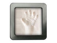 Kidzz Cast handprint in blik: Vereeuwig de afdruk van uw baby's handje/voetje! Deze leuke set bestaat uit een pakje klei, waarmee u heel gemakkelijk een afdruk kunt maken van uw baby's handje of voetje, en kunt bewaren in een vrolijk tinnen blik.
