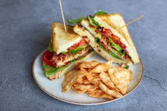 Broodje hete kip | Recepten | Personal Body Plan Food Inspiration, Bacon, Sandwiches, Toast, Brunch, Food And Drink, Breakfast, Recipes, Essen