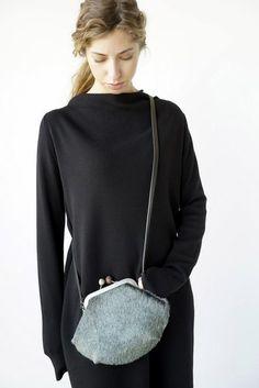 De Nikita-tas is echt een schatje van een tas. De ene kant is in leer en de andere in koeienvacht. De sluiting met knopjes geeft het een retro-toets.  #handbag #autumn #fashionforward #cyan