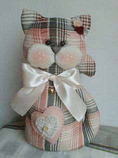 Lindos gatos de tecido decorativos com molde