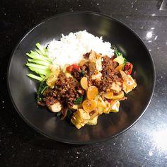 Ma pa tofu( beef, bok-choi, mushroom, tofu, onion, garlic stir fried with black bean and chili pepper sauce, thickened with cornstarch mix in water.  푹푹 찌는날 밖았에  나무들 가지좀 치고 하느라 밖에서 일좀했더니 완전 땀으로 샤워, 물한바가지 마시고 차가운 방바닥에 널브러져 있다 잠이들어 버림>.< 나이는 못 속이는가 부다 요사이 체력이 부쩍 딸리는듯 하여 오늘저녁은 단백질 보충할겸 야채도 듬뿍넣고 마파두부 만들어 먹음. *제일 빨리 해동할수 있은 불고깃감 소고기를 해동해 잘게 잘라 볶다 양파, 청경채, 버섯, 마늘에 두반장 쬐끔과 라조장넣어 잘 볶아준후 두부랑 물 아주 쬐끔 넣어 끓이다 녹말가루살짝 넣어 걸쭉하게해 밥이랑 오이랑 같이 드삼.
