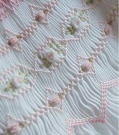 スモック刺繍をかけたワンピースをお母さんが縫ってくれた。なんていう思い出のある人もいるのではないでしょうか。繊細でかわいいスモック刺繍は女性なら一度は胸キュンした経験があることでしょう。基本のステッチを覚えてスモック刺繍に挑戦してみませんか。