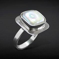 Perla coin cuadrada blanca plata. Diseñado por Samuel Burstein