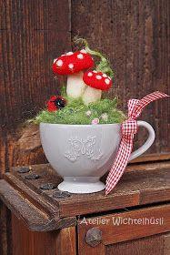 GRÜEZI MEINE LIEBEN, rund ums Haus weicht der Sommerflor so langsam der herbstl. , GRÜEZI MY LOVES, around the house the summer pile is slowly giving way to the autumnal decoration! During my walks through the . Diy Crafts To Do, Felt Crafts, Arts And Crafts, Mushroom Crafts, Mushroom Decor, Needle Felted Animals, Needle Felting, Felt Ornaments, Christmas Ornaments