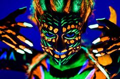 The biggest festival for the body painting community connects cultures from two continents – the festival is held every year both in Seeboden, the Carinthia province in Austria and in Daegu in South Korea. Body Painting, Painting Art, Uv Face Paint, Uv Photography, Glow Paint, Neon Party, Neon Glow, Unique Tattoos, Bunt