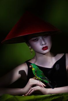 Ling Yue by Michelle Du Xuan L'Officiel China October 2014 Hair by Miha Oshima Make up by Aya Fujita Fall 2014 haute couture Brands: Armani Prive Jean Paul Gaultier Haute Couture Chanel Haute Couture Foto Fashion, Asian Fashion, Green Fashion, High Fashion, Jean Paul Gaultier, Chinoiserie, Haute Couture Looks, Amor Animal, Feather Fashion