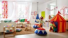 Niños jugando al circo en un salón IKEA