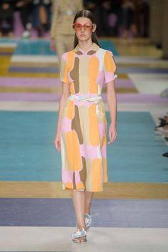Los gorros y chanclas de flores de las bañistas de Miu Miu | S Moda EL PAÍS