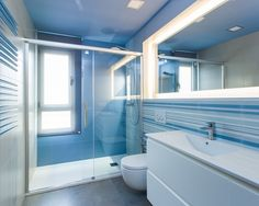 Selling or Renovating? Blue Bathrooms (Like These) Sell for More Bucks – and Technology White Bathroom Interior, Blue Bathroom Decor, Bathroom Colors, Bathroom Styling, Bathroom Ideas, Hall Bathroom, Blue Bathrooms Designs, Balkon Design, Classic Bathroom