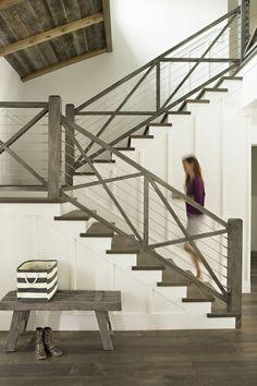 rampe d'escalier en bois, rampe escalier design, murs blancs