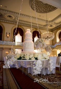 Floating wedding cake with crystals by Vanilla Pastry Studio #OmniWilliamPenn