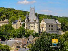 Château de Gaillon Le monument peut être considéré comme le premier château de la Renaissance en France. En effet, il a été mis au goût de la Renaissance par le cardinal Georges d'Amboise ,qui en avait fait sa résidence d'été , ministre de Louis XII. Au XVIIe siècle , le château et son parc ont été élargies par François Mansart et André Le Nôtre . Il a été considérablement endommagé pendant la Révolution...