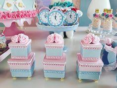 Alice no País das maravilhas para comemorar os 5 aninhos da Alice! Obrigada mamãe @michelli.vieira.777 por mais um ano de confiança!… Baby Birthday, Alice In Wonderland, Gift Wrapping, Baby Shower, Party, Cake, Diy, Birthday Party Ideas, Ideas Party