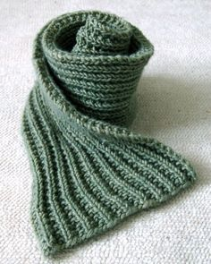Easy Mistake Stitch Scarf - the purl bee-free knitting pattern Beginner Knitting Patterns, Easy Knitting, Knitting For Beginners, Knit Patterns, Finger Knitting, Knitting Tutorials, Beginning Knitting Projects, Mens Scarf Knitting Pattern, Beginner Knit Scarf