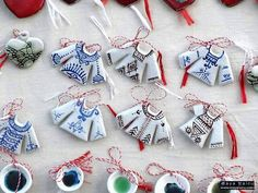Risultati immagini per Martisoare/traditionale Diy Projects To Try, My Drawings, Diy And Crafts, Polymer Clay, Cross Stitch, March, Hand Painted, Traditional, Beads