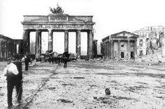 Berlin 1945 Das Brandenburger Tor im zerstörten Berlin nach der deutschen Kapitulation.