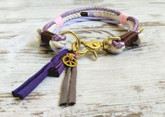 Für alle die es extravagant, ein bisschen verrückt und einzigartig möchten, gibt es das Hundehalsband VAGABOND im Boho/Hippie Style.  Die verarbeiteten Materialien sind unbehandeltes...