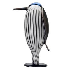 Designed by Oiva Toikka, the Butler Bird Sculpture from the Birds by Toikka Collection by Ittala is a handmade, mouth-blown glass bird sculpture that is a unique art object; emphasized by its striking black & white coloring and graceful shap Verre Design, Glass Design, Design Art, Ceramic Design, Butler, Contemporary Decorative Objects, Blown Glass Art, Bird Sculpture, Glass Birds