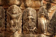 Relieves y esculturas de mitología hindú en el Wat Si sawai