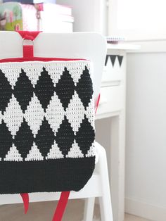 Kirjovirkattu lapsen salmiakkikuvioinen reppu Novita Kaisla | Novita knits