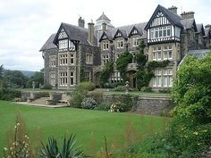 Stay in an English manor house Beautiful Architecture, Beautiful Buildings, Beautiful Homes, Beautiful Places, Tudor Architecture, Estilo Tudor, Dream Home Design, My Dream Home, Dream Homes