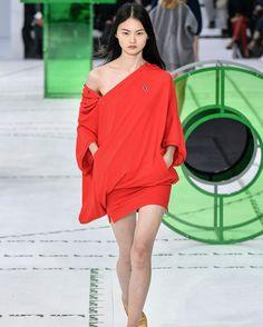3 formas de llevar el rojo: #Lacoste reimagina la forma de llevar su clásica polo shirt #MaisonMargiela deconstruye los abrigos y #Lanvin apuesta por la silueta cocoon Los desfiles de #PFW en #GraziaLookbook (LINK IN BIO) (: WWD) #GraziaFrontRow #SS18  via GRAZIA MEXICO MAGAZINE OFFICIAL INSTAGRAM - Fashion Campaigns  Haute Couture  Advertising  Editorial Photography  Magazine Cover Designs  Supermodels  Runway Models