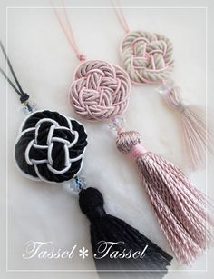 パールコードのリボンタッセル の画像|カルトナージュとタッセル TiAMo 奈良 Thread Jewellery, Tassel Jewelry, Knot Necklace, Crochet Necklace, Yarn Crafts, Sewing Crafts, Denim Earrings, Passementerie, Macrame Design