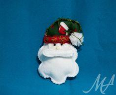 Pingente de Papai Noel confeccionado em feltro.  Pode ser pendurado em diversos lugares, desde a arvore de natal como na porta de casa.  Pode ser confeccionado nas cores de sua preferência.