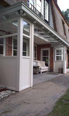 Zie deze afbeelding op verandaservice: Stijlvolle houten veranda cottage stijl. Compleet in lijn met de woning.