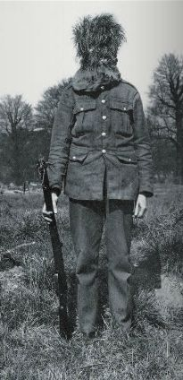 """""""Tromper l'ennemi – L'invention du camouflage moderne en 1914-1918"""" de Cécile Coutin. Un soldat britannique avec une cagoule en végétaux."""