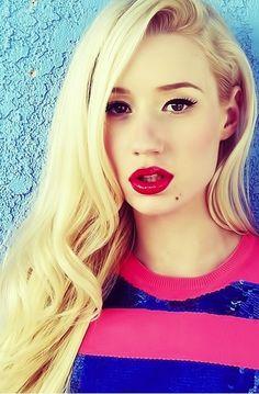 Iggy Azalea always looks amazing with a bright red lip!