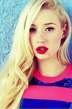 Iggy Azalea always looks amazing with a bright red lip!