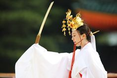 chikuri: Miko dance (via Teruhide Tomori) Heian Era, Heian Period, Japanese Beauty, Japanese Art, Japanese Kimono, Kabuki Costume, Shrine Maiden, Japanese Costume, Japanese Landscape