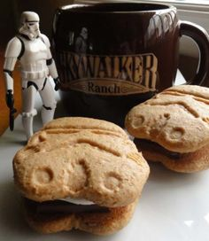 stormtrooper surveying the smorestroopers by justjenn, via Flickr  Some tasty looking s'mores! Too bad they'll all miss your mouth. :(