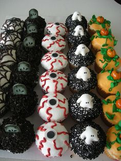 Halloween Cupcakes - I think we could pull these off pretty easily. (cake frosting tips treats) Bolo Halloween, Postres Halloween, Dessert Halloween, Halloween Goodies, Halloween Food For Party, Halloween Cupcakes, Halloween Birthday, Holidays Halloween, Happy Halloween