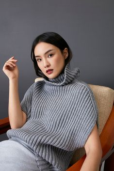 Soft hues discover the latest chcarolinaherrera collection online and instores Knitwear Fashion, Knit Fashion, Sweater Fashion, Fashion Looks, Knitting Blogs, Hand Knitting, Knitting Patterns, Stitch Patterns, Pullover Mode