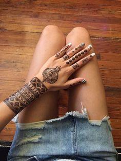 Check out >> Black Henna Hand Set // Mano Diseño Henna Negra