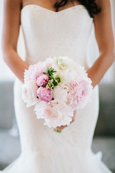 perfect bouquet of fluffy pink peonies | photo by @studio1208