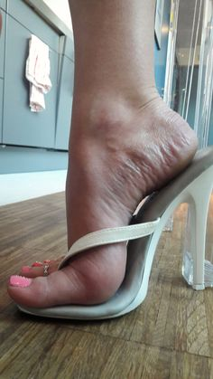 https://flic.kr/p/TCsZRr | sexy size8 foot with 5inch high heel