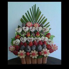 Ramo frutal feliz cumpleaños, margaritas de piñas, patilla. fresas cubiertas de chocolate y adornado con una rama de palmera