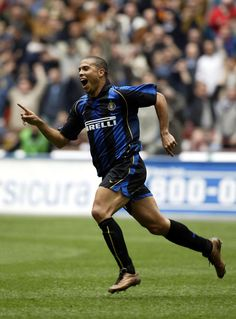 A Ronaldo Nazário de Lima goal celebration for Inter Milan Football Drills, Best Football Players, Football Is Life, Retro Football, World Football, School Football, Soccer Players, Ronaldo Inter, Ronaldo 9