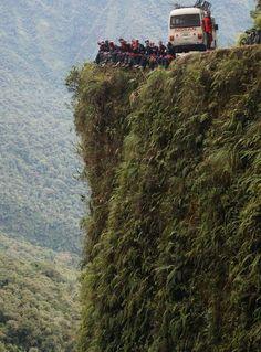 Um dos precipícios da Estrada da Morte, Bolívia (Foto: GravityBolivia.com/Divulgação)